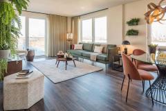 Okna drewniano – aluminiowe, kolor biały, widok od środka apartamentu, okna balkonowe