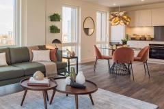 Okna drewniano – aluminiowe, kolor biały, widok od środka apartamentu poprzez salon, okna balkonowe dwuskrzydłowe