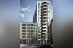 Okna drewniano – aluminiowe, okna balkonowe, kolor antracyt, widok od zewnątrz na budynek apartamentowca, elewacja z cegły w niższej części i płyt piaskowca w wyższej części, przeszklone balkony i tarasy.