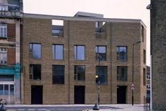 Okna drewniano – aluminiowe, kolor antracyt, widok z zewnątrz z ulicy na całą bryłę kamienicy. Duże okna balkonowe, z podziałem na część otwieraną i na fixę. Fasada z cegły.