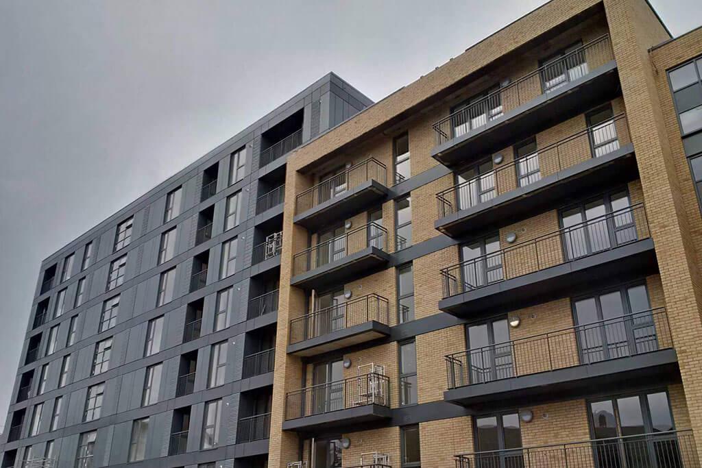 Okna drewniano – aluminiowe, kolor antracyt, widok na budynek z cegły, okna balkonowe,