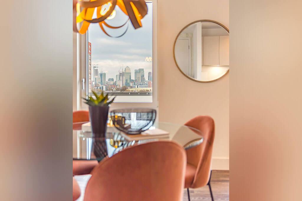 Okno drewniano-aluminiowe, kolor biały, widok od środka apartamentu