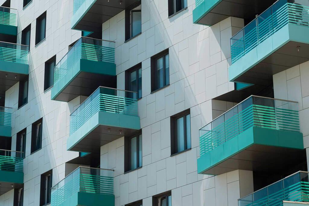 Okna drewniano – aluminiowe, kolor antracyt, widok od zewnątrz, kolor elewacji biały, balkony turkusowe