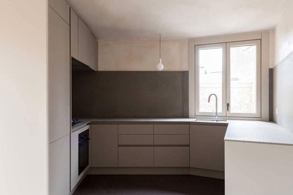 Okna drewniano – aluminiowe, kolor biały, widok z wnętrza na kuchnię.